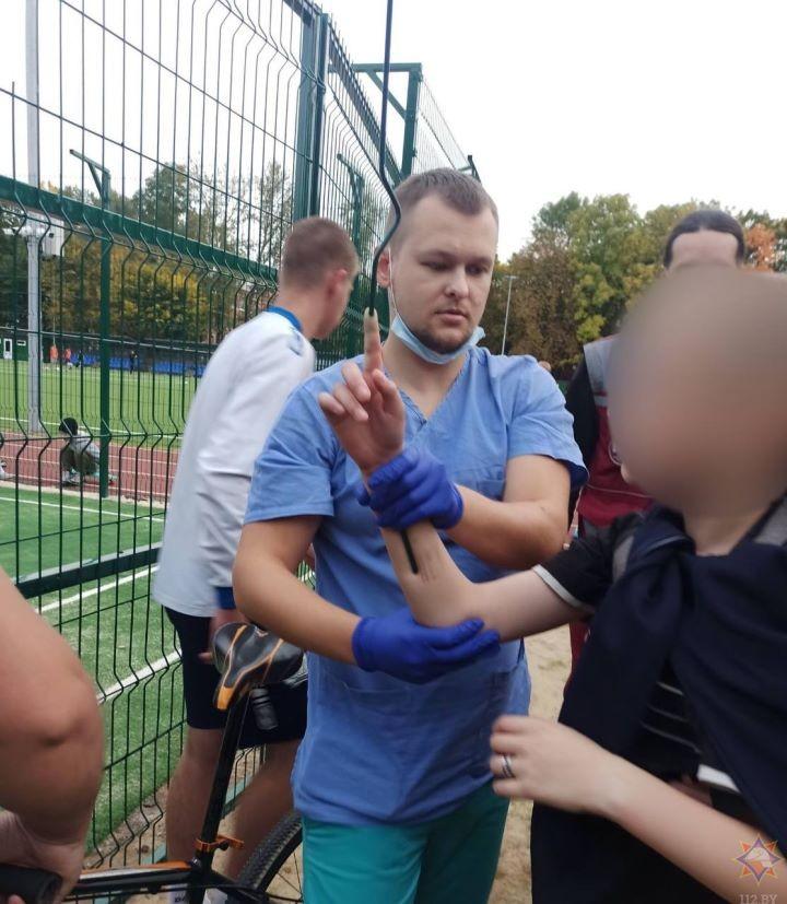Прут вышел из указательного пальца. Подросток пробил руку и повис на заборе