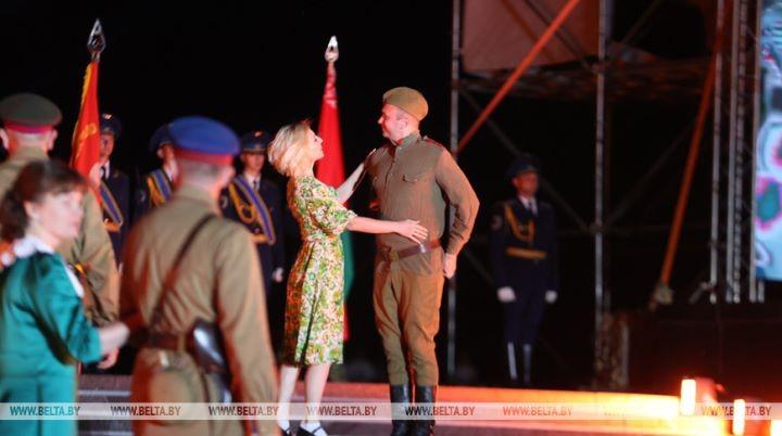 Тысячи людей пришли на рассвете в Брестскую крепость на митинг-реквием