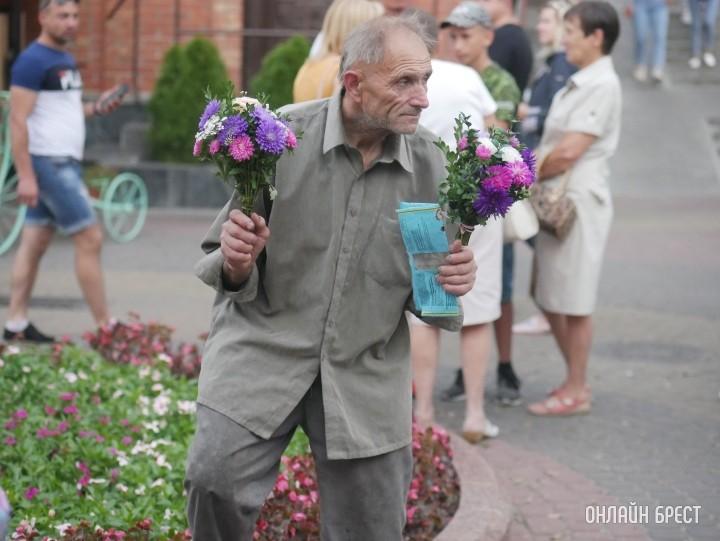Мужчина продаёт цветы в Бресте на Советской